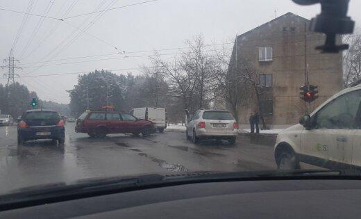 Biķernieku ielas apkaimē četrās avārijās iesaistīti astoņi spēkrati