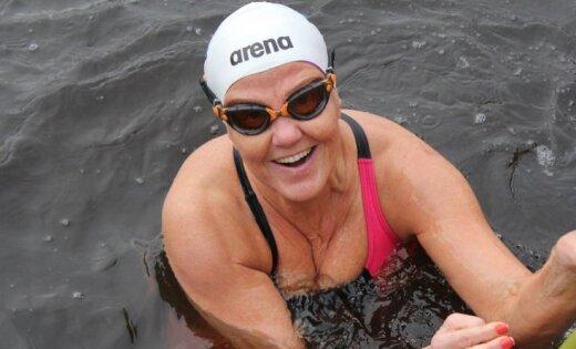 Fotoreportāža: Jelgavā sacenšas ziemas peldētāji