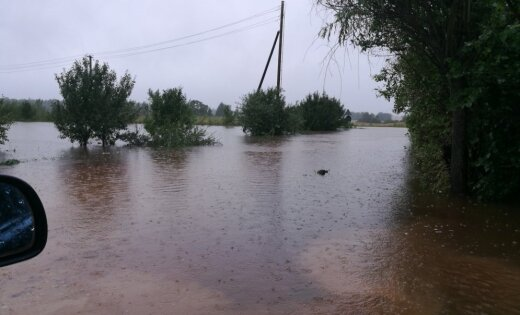 Plūdu dēļ satiksmei slēgts autoceļa posms Atašienes pagastā