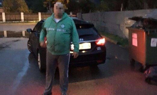Aculiecinieks strostē Rīgā pieķerto 'cūkmenu'; vīrietis pārkāpumu nesaskata