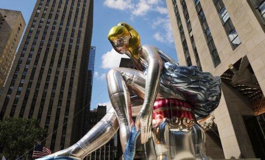 Foto: Ņujorkiešus sajūsmina slavena mākslinieka instalācija – milzu balerīna