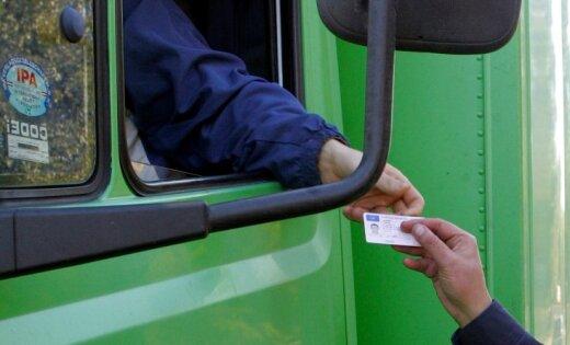 Шоферов обяжут давать полицейским документы в руки для проверки
