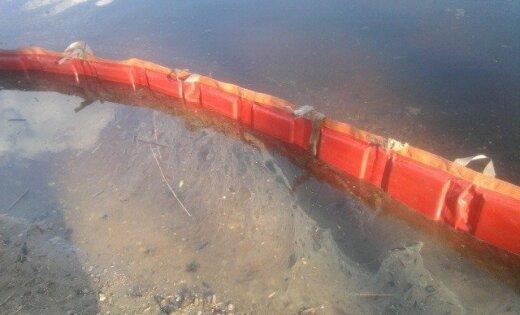 ЧП возле Южного моста: в Даугаве констатировано нефтяное пятно протяженностью около 1 км