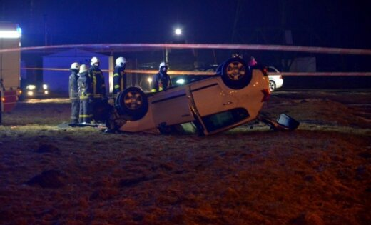 Foto: Kurzemes prospektā automašīna apgāžas uz jumta