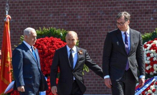 Foto: Putins kopā ar Vuciču un Netanjahu vēro 9. maija parādi