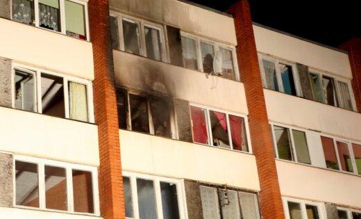 Pēc ugunsgrēka Ķekavas kopmītnēs vismaz 20 cilvēki bez pajumtes; izmitinās pašvaldība
