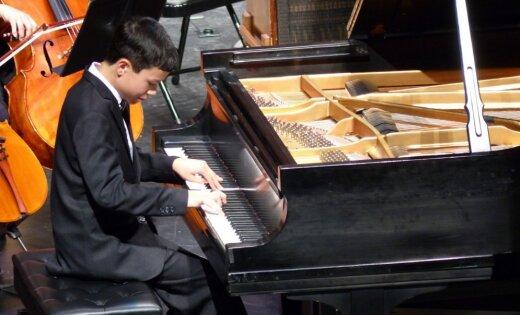 Rīgā uzstāsies Kalifornijas jauniešu simfoniskais orķestris ar jauno pianistu Pārkeru van Ostrandu