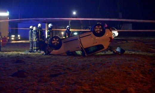 ФОТО: В Иманте машина перевернулась на крышу; водитель вылетел через лобовое стекло