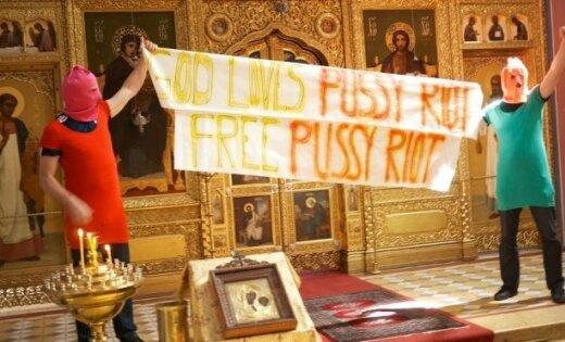 Миллионы россиян: панк-молебен Pussy Riot - хулиганство и святотатство