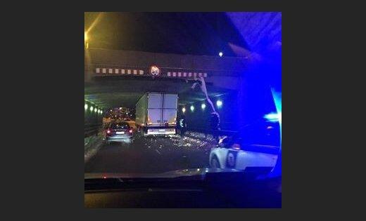 """ФОТО: Фура """"впритирку"""" застряла под Каменным мостом в Риге; движение возобновлено"""