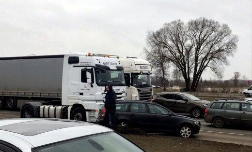Krasta ielā saskrienas kravas un vieglais automobilis