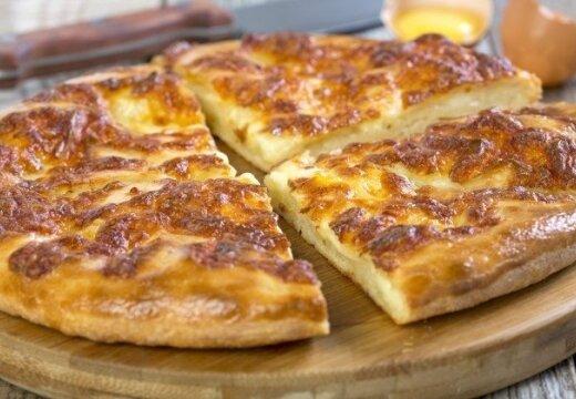 Экономичный и вкусный рецепт: хачапури с сыром и яйцом