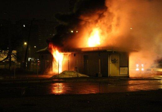 """ФОТО: В ночь на среду в Риге сожгли еще одну будку по продаже """"спайса"""""""