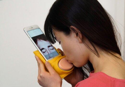 Киссинджер поможет целоваться: создано устройство для поцелуев на расстоянии
