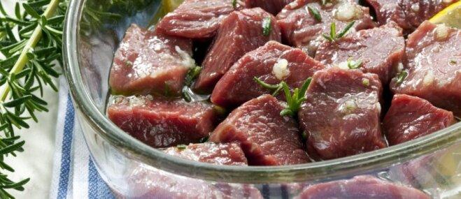 Četras kļūdas gaļas marinēšanā, ko pieļaujam