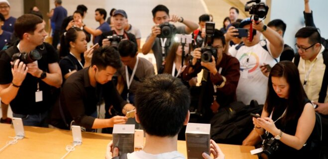 """В мире начались продажи iPhone 8, а это — нелепые ФОТО """"счастливчиков"""", их покупающих"""