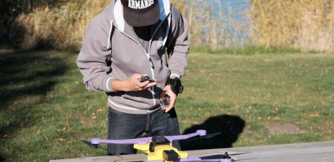 Video: Cik viegli ir rīkoties ar Latvijā radīto 'AirDog' dronu