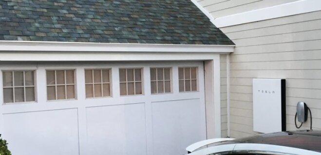 """Красивая, дает электричество и топит снег. Что надо знать о """"солнечной крыше"""" Tesla"""