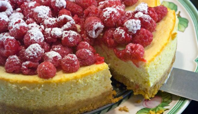 Kārdinošas aveņu kūkas un kūciņas: 10 receptes saldās dzīves baudīšanai