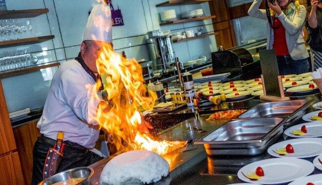 Foto un video: 'Teppan' pavāra Viktora Bondarja ugunīgi meistarīgais šovs