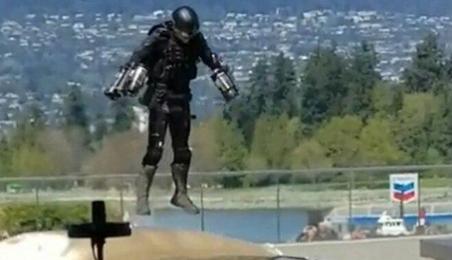 ВИДЕО: Изобретатель костюма Железного человека пролетел в нем перед публикой