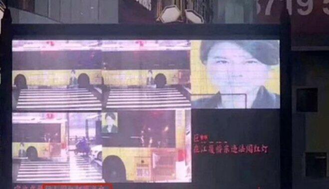Компьютер обвинил богатую китаянку в нарушении ПДД из-за баннера с ее портретом на автобусе