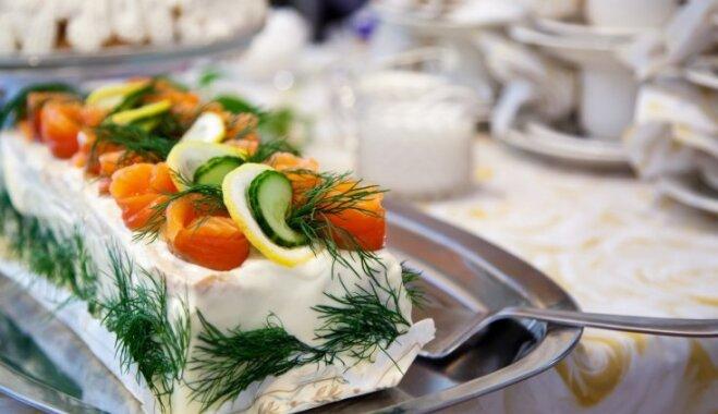 Svētku galda karaliene – sāļā torte: 7 receptes kārdinošam sviestmaižkūkām