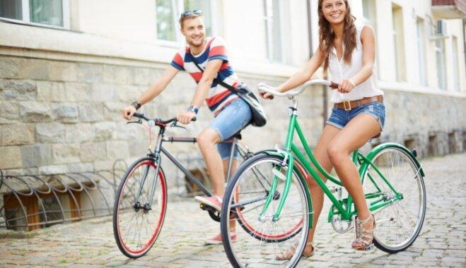 pāris vīrietis sieviete atpūta riteņbraukšana vasara