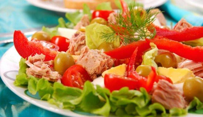 Ātrie tunča salāti ar papriku, olīvām un olām