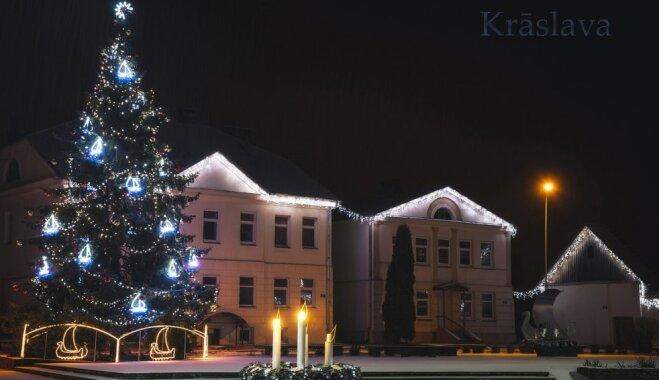 ФОТО. Фотограф за две ночи объехал 14 городов Латгалии и запечатлел все их новогодние елочки