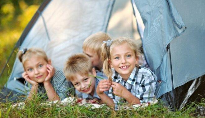 Lēti, dārgi, bez maksas – kādas ir vecāku iespējas vasaras brīvlaikā nodarbināt bērnus