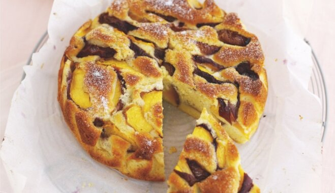 Бисквитный пирог с персиками и лимоном