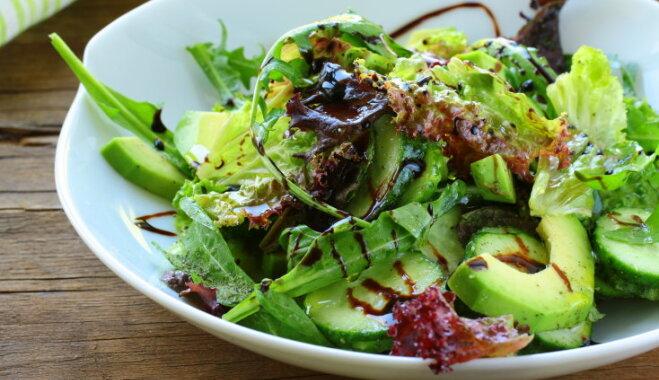Pieci veselīgi varianti salātu mērcēm un aizdaram