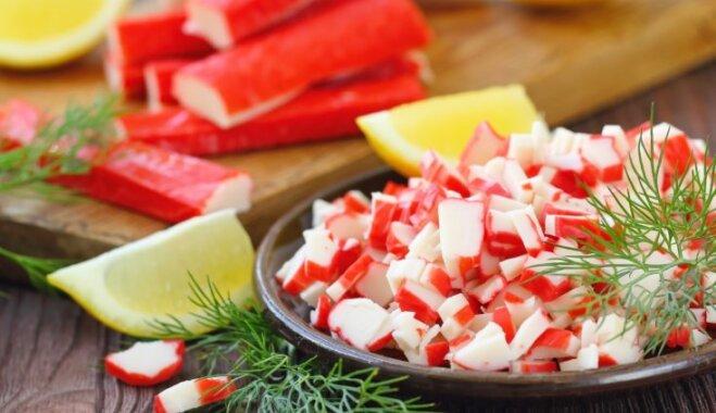Крабовый салат с рисом и паприкой