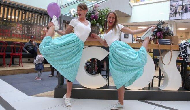 Foto: Ar publisku pārģērbšanos lielveikalā dāmas sāk akciju '30 dienas svārkos'