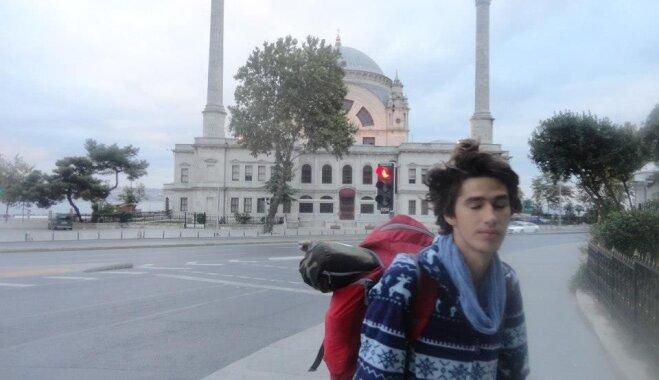 Divi mēneši teltīs un mašīnās – latviešu ceļojums ar stopiem līdz Irānai
