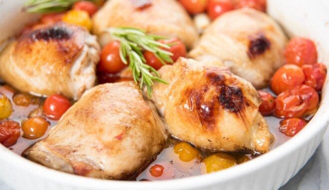 Куриные бедрышки, тушеные в помидорах
