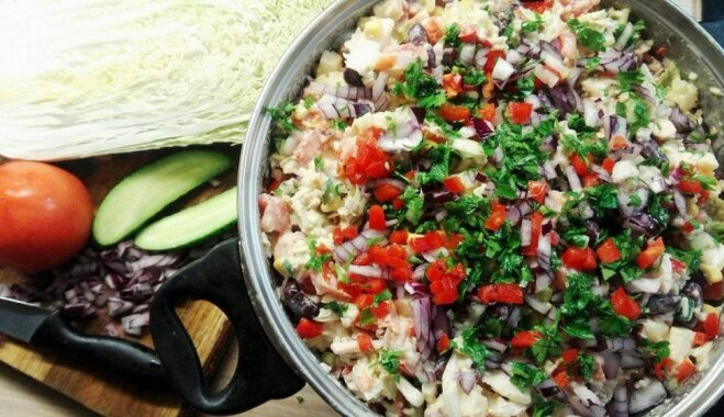 Krāsainie meksikāņu salāti ar rīsiem, pupiņām un kūpinātu vistu