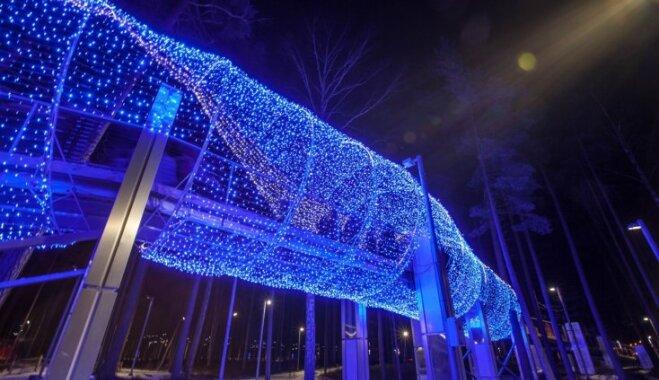Foto: Krāšņas instalācijas un kilometriem garas lampiņu virtenes Jūrmalas Gaismas parkā