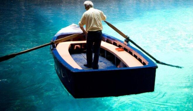 Nimfu ezers Grieķijā, kur šķiet, ka laiva karājas gaisā
