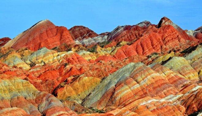 Krāšņie Varavīksnes kalni Ķīnā, kas izdaiļoti raibās krāsās