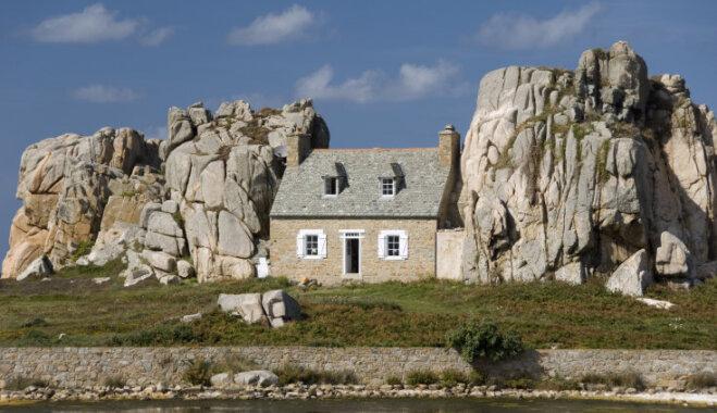 Savdabīga mājiņa Francijā, kas iekārtojusies starp klinšu sienām