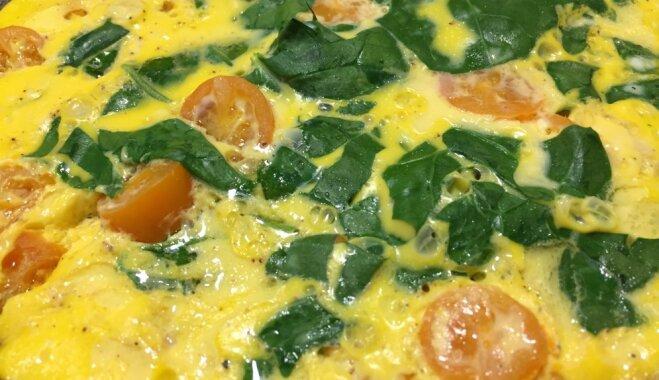 Spinātu un ķirštomātu omlete