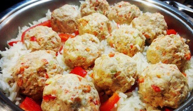 Ātras un veselīgas vienas pannas vakariņas: rīsi ar gaļas-dārzeņu bumbiņām