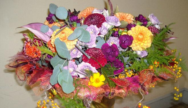 Floristi Jelgavas pilī īsteno savas fantāzijas par rudeni, ziediem un baroku