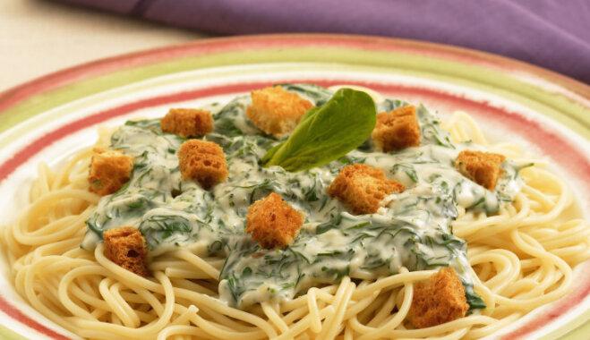 'Knorr' receptes: Spageti ar zaļo garšaugu un siera mērci un grauzdiņiem
