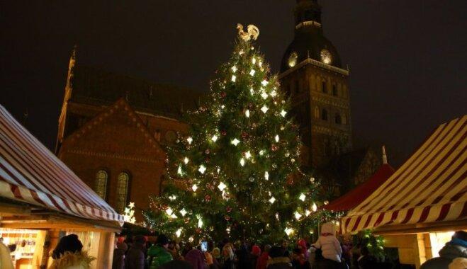 Foto: Rīgā iededz galveno svētku egli un sāk darboties Ziemassvētku tirdziņi
