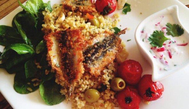 Restorāna cienīga maltīte 30 minūtēs – reņģes kraukšķīgā panējumā ar citronu bulguru