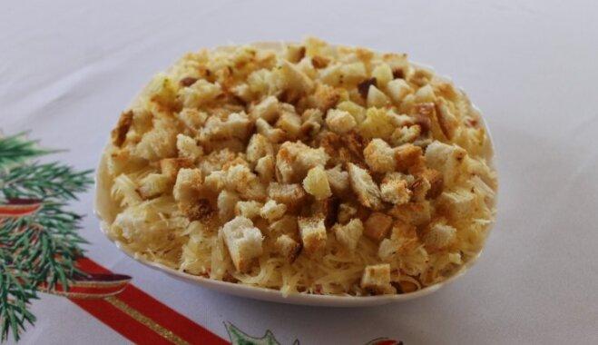 Kārtainie dārzeņu salāti ar sieru un grauzdiņiem