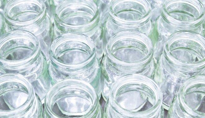 Kā efektīvi nomazgāt etiķetes no stikla burkām un pudelēm